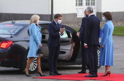 Prezidentas G. Nausėda susitiko su Prancūzijos prezidentu E. Macronu: abi pirmosios ponios pasirinko mėlynas sukneles. Mariaus Morkevičiaus (ELTA) nuotr.
