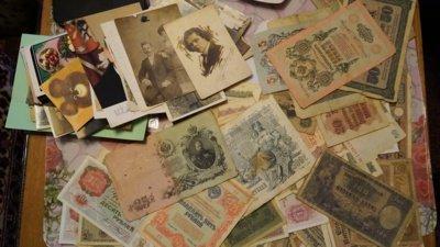 Senoviniai pinigai, fotografijos ir dokumentai – istorinis turtas, pasakojantis ne tik vienos šeimos, bet visų Šiaulių istoriją. (Audronio Rutkausko nuotr.)