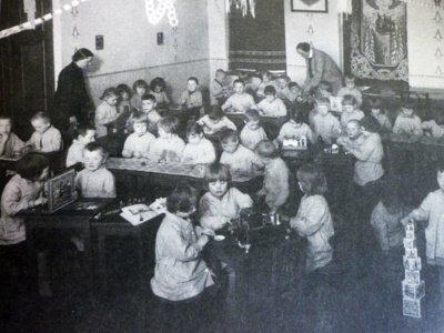 """ Atmintis. Nuotraukos reverse užrašas: """"Vaikų darželio atminimui. 1931 m. balandžio 20 d.  Janytė Vaidelauskaitė""""."""