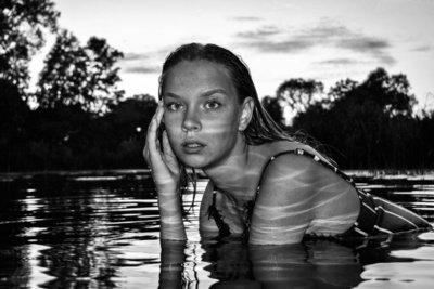 """Rugilės Kiežaitės fotografijos portretų ir natiurmortų parodos """"Akimirkos grožis"""" ištrauka – portretai."""