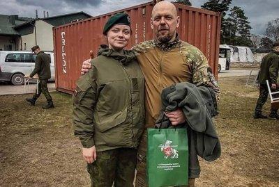 Emilija tarnybos metu su atlikėju Gabrieliu Liaudansku (Svaru).