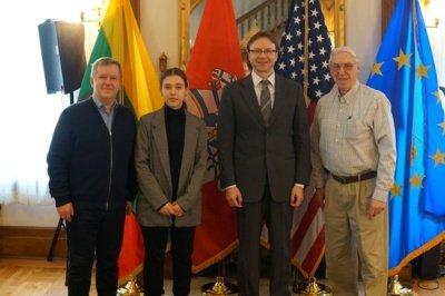 Prie kolekcijos dovanojimo prisidėjo atsargos vyresnysis leitenantas Nerijus Treinys, kuris kartu su Lietuvos nacionalinio muziejaus darbuotojais Ž. Būčiu ir V. Aleksiejūnu rūpinosi jos perdavimu muziejui bei pargabenimu į Lietuvą.