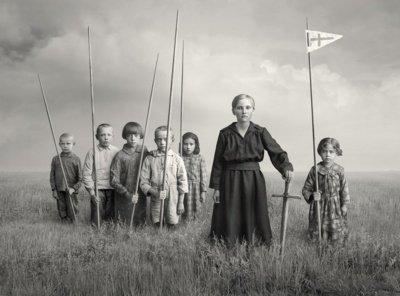 """Fotomontažo """"Žana d'Ark"""" kompozicijai panaudotos 7 skirtingos senosios nuotraukos. Kūrėjas pradėdamas konstruoti vaizdus jau numanė, kad tai bus vaikų būrys su mediniais kalavijais rankose, primenančiais jo paties vaikystės vasaras."""