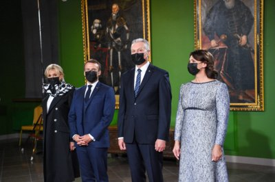 Prezidentas G. Nausėda ir pirmoji ponia su Prancūzijos pirmąja pora dalyvauja šventinėje vakarienėje. Roberto Dačkaus (LR Prezidento kanceliarija) nuotr.