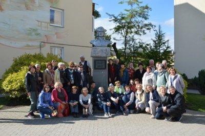 """Kelionės į Mažąją Lietuvą paprastai trunka dvi dienas ir Tolminkiemis nėra vienintelė """"donelaitininkų"""" stotelė. Nuotraukoje jie pozuoja prie Gumbinėje esančio K. Donelaičio paminklo. (I. N. Lingienės asmeninio archyvo nuotr.)"""