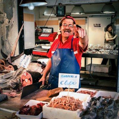 """""""Kartą Italijoje teko fotografuoti turgaus prekeivį, kuris, kapodamas tuną, man rėkė – nefotografuok! Bet auksinė taisyklė: pirma fotografuoji, o paskui žiūri, kas bus"""", – pasakoja A. Lamauskas. (A. Lamausko nuotr.)"""