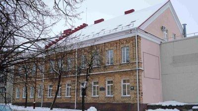 Buvusio Šiaulių universiteto centrinių rūmų architektūroje išsiskiria senas geltonų plytų mūro fasadas. Prieš Antrąjį pasaulinį karą čia veikė Šiaulių odos fabriko profsąjungos būstinė, o 1920–1944 m. – pradžios mokykla.