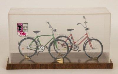 Dviračių muziejuje saugomi į Lietuvos rekordų knygą įtraukti juvelyriški H. Sutkaus pagaminti veikiantys dviračių modeliukai. (Dviračių muziejaus nuotr.)