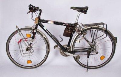 """Šiuo """"Red Bull"""" dviračiu Sigitas Kučas su bendražygiais 1998 m. apvažiavo aplink pasaulį. Pagal specialų užsakymą Vokietijoje pagamintas dviratis –  S. Kučo dovana muziejui. (Dviračių muziejaus nuotr.)"""