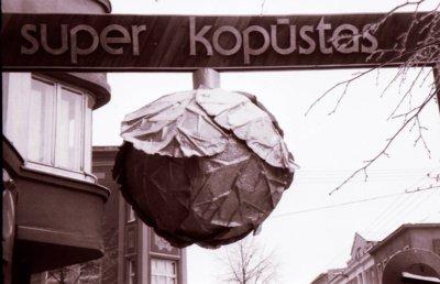 """""""Superkopūstas"""" kabėjo virš šaligatvio ir buvo daržovių parduotuvės reklama. Po """"Superkopūstu"""" neretai vykdavo ir pirmieji pasimatymai. (V. Purono asmeninio archyvo ir A. Musneckio nuotr.)"""