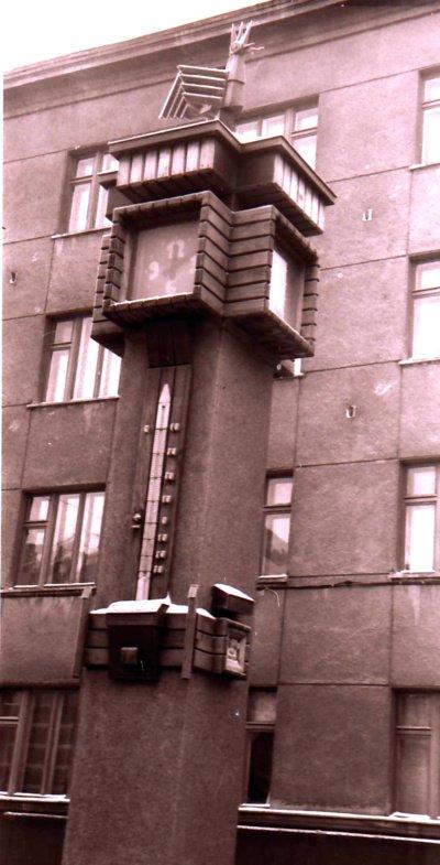 Termometras buvo pritvirtintas ant keturkampio laikrodžio kamieno, tačiau šis stebuklas dar tos pačios žiemos pabaigoje nukeliavo pas Abraomą, gavęs ledinę sniego gniūžtę. (Viliaus Purono asmeninio archyvo nuotr.)
