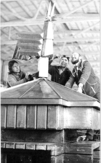 """Sparnuose buvo įtaisytos atotampos, kurios, veikiamos laikrodžio dėžėje paslėpto šaldytuvo varikliuko, """"Gaidžiui"""" giedant, judino sparnus. (Viliaus Purono asmeninio archyvo nuotr.)"""
