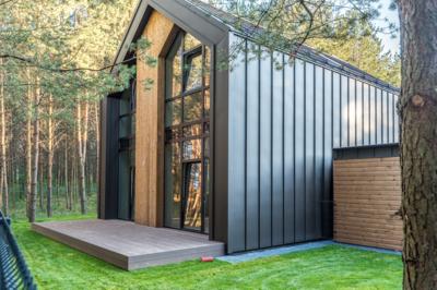 """Pav. Dėl praktiškumo, minimalistinio, stogo ir fasado ribas panaikinančio dizaino, """"Ruukki Classic"""" dangos vis dažniau naudojamos ir fasadų apdailai. UAB """"Constra"""" archyvo medžiaga."""