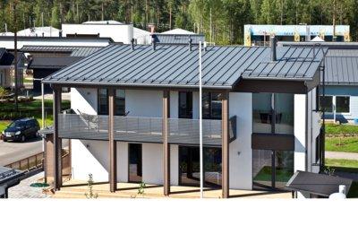 """Pav. Kokybiška plieninė stogų danga - ilgaamžis, ekologiškas, minimalios priežiūros reikalaujantis pasirinkimas. Plieno paviršius itin atsparus blukimui, nėra porėtas, tad nešvarumai ilgam neužsilaiko. """"Ruukki Products"""" AS archyvo medžiaga."""