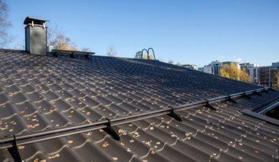 """Pav. Paprastai lietus nuo plieninio stogo puikiai nuplauna lapus, spyglius ir kitas apnašas, purvas neįsigeria, ant šios dangos nepalankios sąlygos susidaryti pelėsiui, samanoms ar kerpėms. """"Ruukki Products"""" AS archyvo medžiaga."""