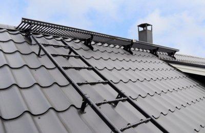 """Pav. Naudojant stacionariai pritvirtintus stogo saugos elementus, vaikščiojant stogu ne tik jausitės saugiai bet kokiomis oro sąlygomis, bet ir negadinsite stogo dangos, tad pats stogas tarnaus gerokai ilgiau. """"Ruukki Products"""" AS archyvo medžiaga."""