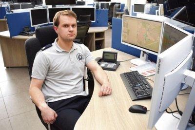 Darius Indrišionis dirba operatoriumi Bendrajame pagalbos centre Vilniuje. Tai – lyg gyvas prisilietimas prie žmonijos sunkumų, besikuriančios istorijos. Vilmos JUOZEVIČIŪTĖS nuotr.