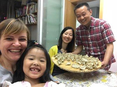 Ingrida lankėsi Šanchajuje, gyveno kinų šeimoje. Kalbėjosi kiniškai, angliškai, leisdavo linksmus vakarus. (Ingridos Ignatavičienės asmeninio archyvo nuotr.)