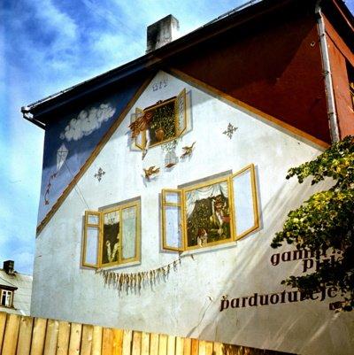 """Šis reklaminis pano """"Gamta, medžioklė, žūklė"""" ant pastato Vilniaus g. 170 aklasienės buvo vienas pirmųjų. (A. Musneckio nuotr.)"""