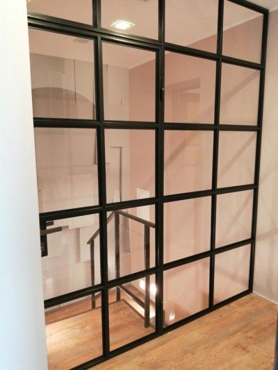 """UAB """"Statybų agentas"""" įrengta industrinio stiliaus pertvara klientės namuose"""