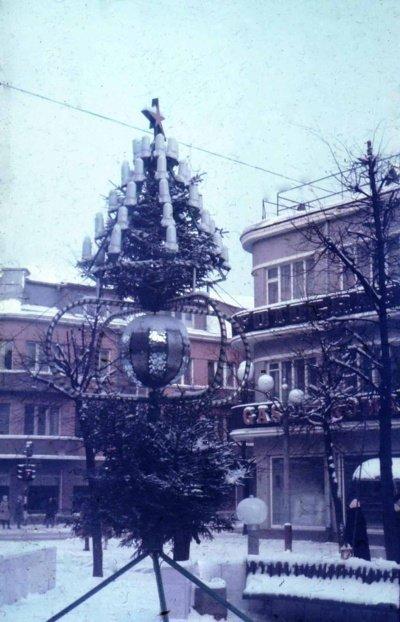 Tai naujametis medelis, pastatytas šalia garsiojo miesto laikrodžio bulvare 1986 m. Šiauliečius džiugino keletą metų. (Viliaus Purono asmeninio archyvo nuotr.)