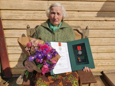 """Motinos dienos proga 44 mamoms ir globėjoms visoje Lietuvoje įteikti ordino """"Už nuopelnus Lietuvai"""" medaliai. Birutė Miškinienė. Prezidento kanceliarijos nuotr."""
