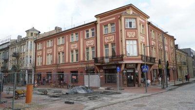Vieno žinomiausių tarpukario Lietuvos architektų vardą dabar gali prisiminti, o kai kas išvysti pirmąkart, iškaltą granito lentelėje – ant Šiaulių centre esančio pastato sienos. (Audronio Rutkausko nuotr.)
