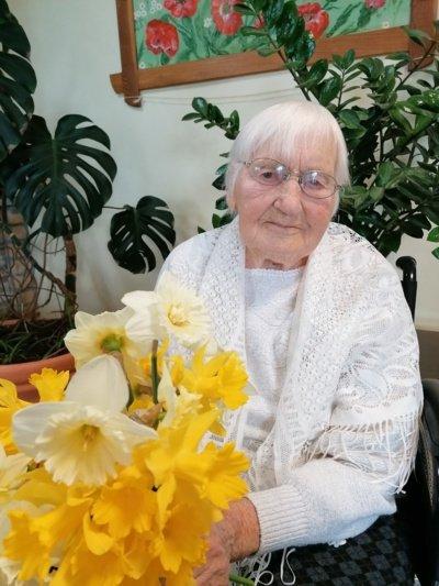 105 metų Leonora Kontrimienė ne tik pasidalijo šeimos receptais, bet ir užtraukė mėgstamą dainą. (Autorės nuotr.)