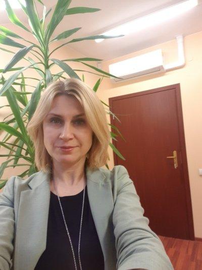 Su klientais dirbanti turto vertintoja R. Dabašinskienė sako, kad pastaruoju metu padaugėjo atvejų, kai žmonės pasiryžę įsigyti objektų, kurių dokumentai netvarkingi. (Asmeninio archyvo nuotr.)