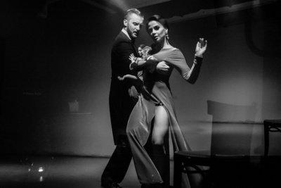 Šokis iš žmogaus pareikalauja daug, tačiau dovanoja visą pasaulį. Akimirka iš Vilniaus tango teatro pasirodymo.