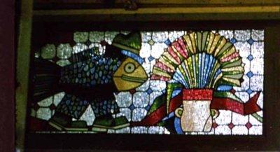 Savitą pseudovitražo technologiją sugalvojo Vytautas Ščiuka: skystą spalvotą masę, gaunamą acetone ištirpinus permatomą spalvos filtrą, skirtą teatro prožektoriams, užliedavo ant stiklo.