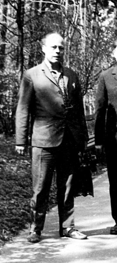 """Einaras Ossas organizavo apipavidalinimo procesą pagal savo supratimą. Jis pats užsiiminėjo reljefų kalinėjimais iš skardos, mėgo """"čekanką""""."""