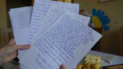 Parašiusių laiškus tėčiams vaikų žvilgsniai pasikeitė, jie nurimo. Vaikai jautėsi taip, tarsi būtų iš tikro susitikę su savo tėčiais, pasikalbėję, apsikabinę, papramogavę. (Audronio Rutkausko nuotr.)