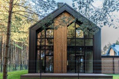 """Pav. Naudojant """"Ruukki Classic"""", tarsi išnyksta riba tarp stogo ir fasado. Šį sprendimą galima puikiai pritaikyti ne tik modernaus, bet ir klasikinio, minimalistinio stiliaus pastatams. UAB Constra medžiaga."""