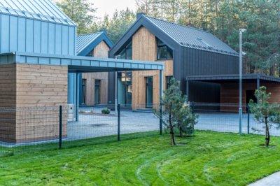 Pav. Plieninė danga puikiai dera ir su natūraliomis medžiagomis: mediena, plytų mūru ar kt, suteikia namui išskirtinį stilių. UAB Constra medžiaga.