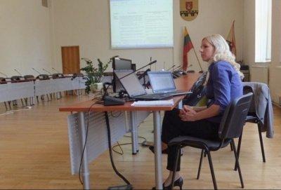 Eglė Jurkutė Pakruojo rajono savivaldybėje pristato pertvarkos planus.