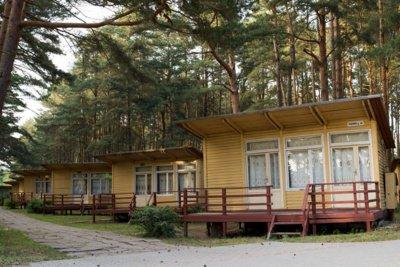 JIE. Kai kurie žmonės mėgsta tuos medinius Šventosios namelius ir vien dėl jų renkasi šį kurortą. Vitos JUREVIČIENĖS nuotr.