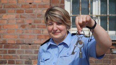 Dirbdama ŠTI, Rima įgijo naują elgesio bruožą. Įprastai vyrai moterims atidaro duris ir leidžia praeiti pirmoms. Kadangi pataisos pareigūnai pro duris pirmiausia praleidžia suimtuosius.