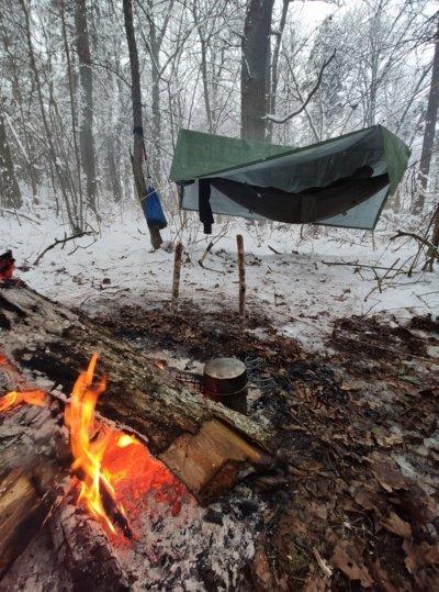 """Šią žiemą žygeivis dvi naktis miegojo miške. """"Visiška romantika – pasikabinti hamaką žiemą"""", – sako Linas. (Lino Bielinio asmeninio archyvo nuotr.)"""