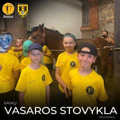 Vaikai turėjo galimybę pabendrauti su nuostabiai prižiūrimais žirgais, jais pajodinėti bei išklausyti pamoką apie šių ristūnų priežiūros ir bendravimo su žmonėmis ypatumus.