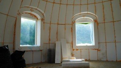 Kupolinis namas yra sutvirtinamas armavimo tinklais, jį dekoruoti galima iš karto po armavimo. Namo statyba labai greita – jis stovi sklype vos po dviejų mėnesių. (Audronio Rutkausko nuotr.)