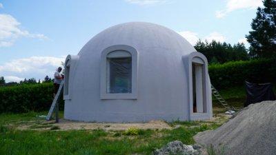 Iš putų polistireno gaminami tik kupolo formos namai. Ši medžiaga yra stipri tik tada, kai išlenkta vertikaliai ir horizontaliai. (Audronio Rutkausko nuotr.)