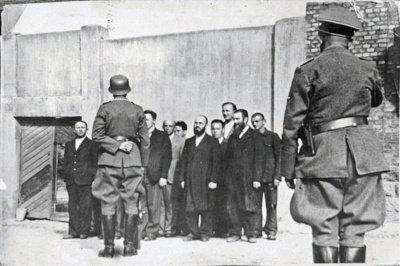 """Į Trakų ir """"Kaukazo"""" getus buvo perkelta apie 4–5 tūkstančius žydų. Dalis žydų netilpo ir buvo uždaryti į sinagogą. (Yad Vashem archyvo nuotr.)"""