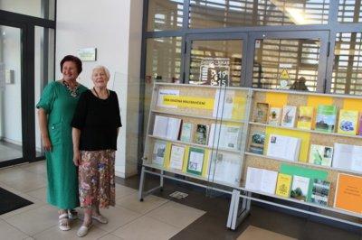 O. G. Maleravičienė su bibliotekos dailininke Rima Čepiene