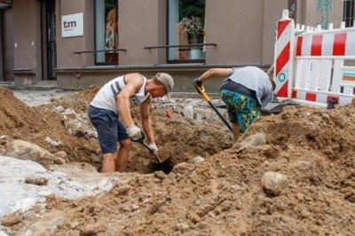 Kol kas archeologai su statybininkais Vilniaus gatvėje sugyvena / R. Tenio nuotr.