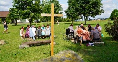 Stovyklautojai liudija, kad užsiėmimų metu Dievas juos kalbina, paliečia, gydo. (Audronio Rutkausko nuotr.)