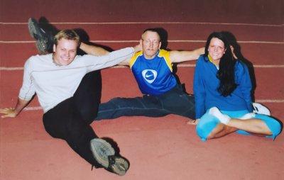 70-metis nesunkiai padaro špagatą, o susilenkti geba tiek, kad nuo grindų lūpomis galėtų paimti numestą pieštuką. Šioje nuotraukoje Ignas su savo vaikais Robertu ir Lina, kurie taip pat kūno lankstumu gali pasigirti.