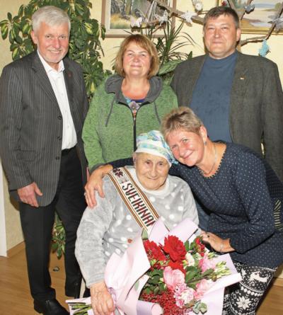 Jubiliatę (su dukra Alyte Rekašiene) pasveikino rajono meras Gintautas Gegužinskas, Raubonių bendruomenės pirmininkė Gražina Paškevičienė, Saločių seniūnas Sigitas Savickas. Aidos GARASTAITĖS nuotr.