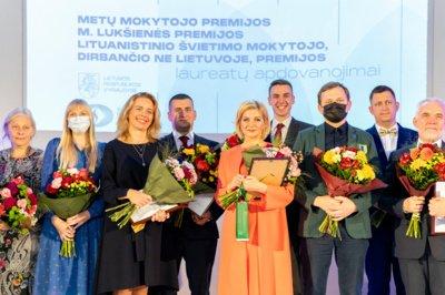 Metų mokytojo apdovanojimą N. Medeišis priėmė iš Ministrės Pirmininkės Ingridos Šimonytės ir Švietimo, mokslo ir sporto ministrės Jurgitos Šiugždinienės rankų. (Švietimo, mokslo ir sporto ministerijos nuotr.)