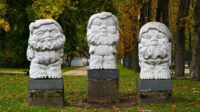 """B. Kasperavičienės 1977 m. sukurta balto marmuro trijų figūrų skulptūra """"Trys nykštukai"""" – dalis mažosios miesto architektūros kūrinių.  (Audronio Rutkausko nuotr.)"""